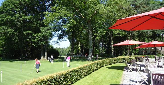 Golfspielen neben der Terrasse