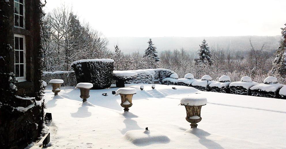 Teil der verschneiten Terrasse