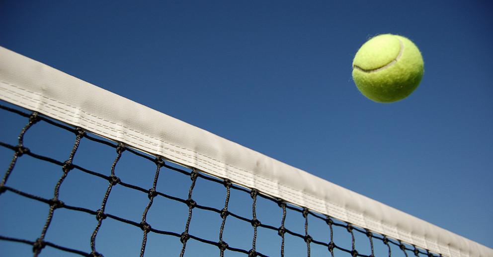 Tennis Ball und Netz